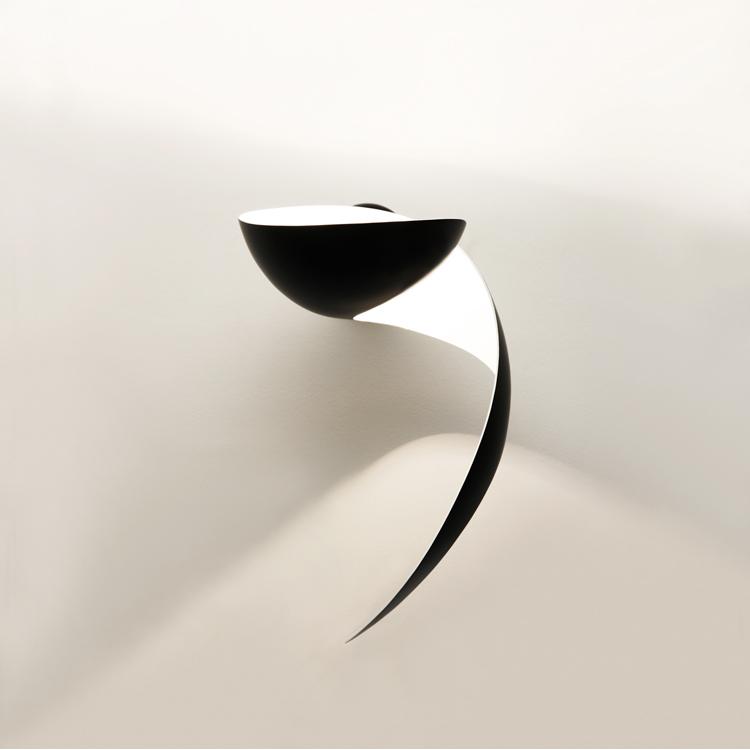 """Aplique de pared """"Llama"""" Serge Mouille de los años 50. Diseño original en acero negro, de producción artesana francesa"""