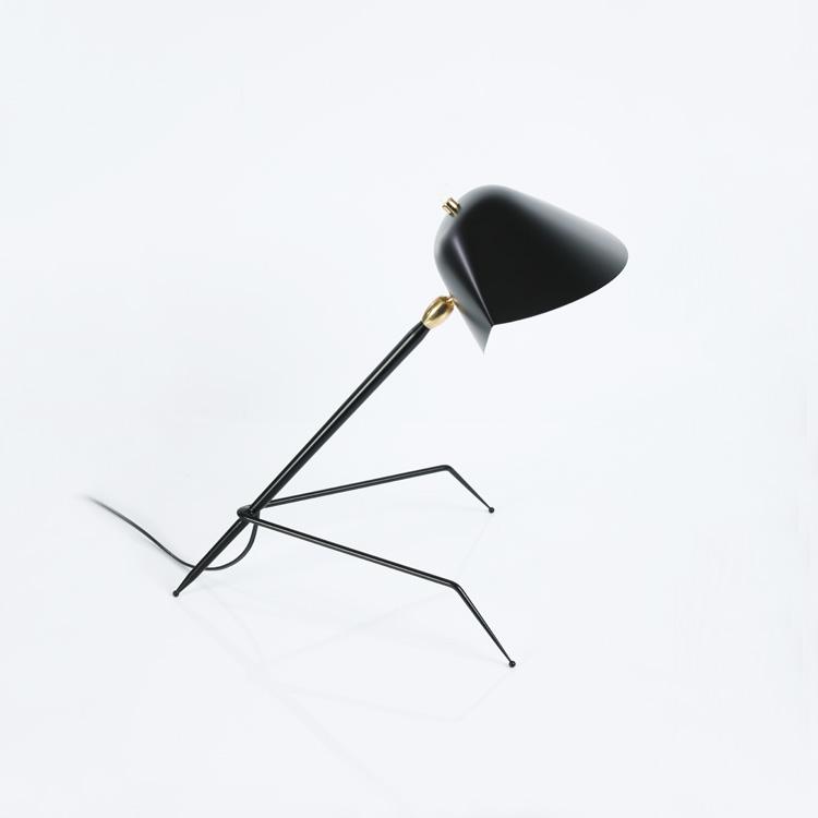 "Lámpara de despacho Serge Mouille modelo ""Tripod"", original en acero negro. Produccción artesana francesa de calidad"