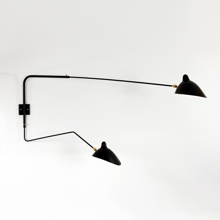 Aplique de pared de dos brazos giratorios, uno recto y otro curvo, diseñado en la década de los 50 por Serge Mouille