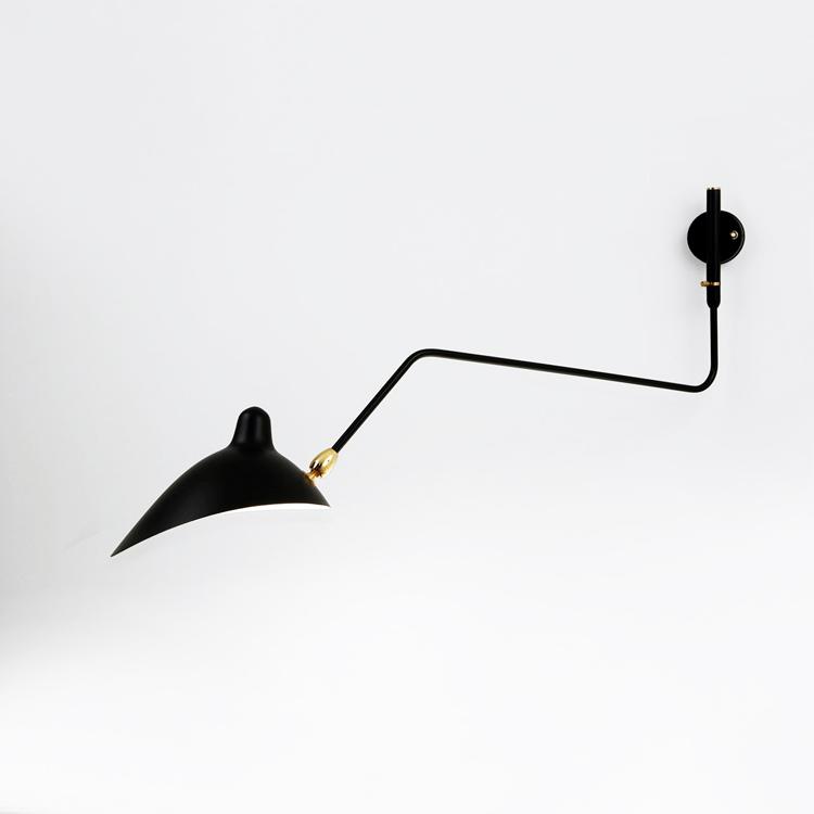 Aplique de pared de un brazo curvo en acero negro, del diseñador francés Serge Mouille. Fabricación francesa de máxima calidad
