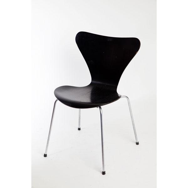 """Silla """" hormiga negra"""" , de Jacobsen."""