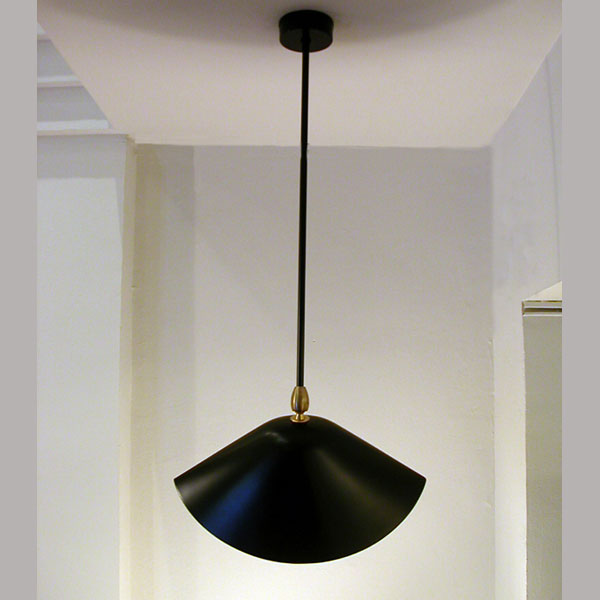 """Lámpara de techo de Serge Mouille """"Bibliotheque"""" para interior. Producción artesana francesa en acero negro de excelente calidad"""