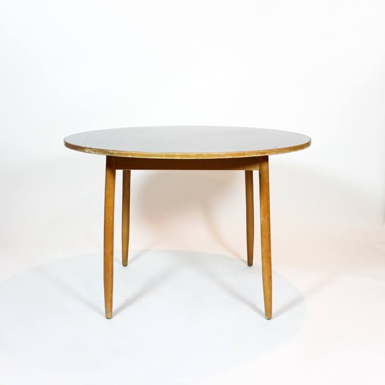 Mesa danesa con tapa en formica. Imagen previa a su restauración