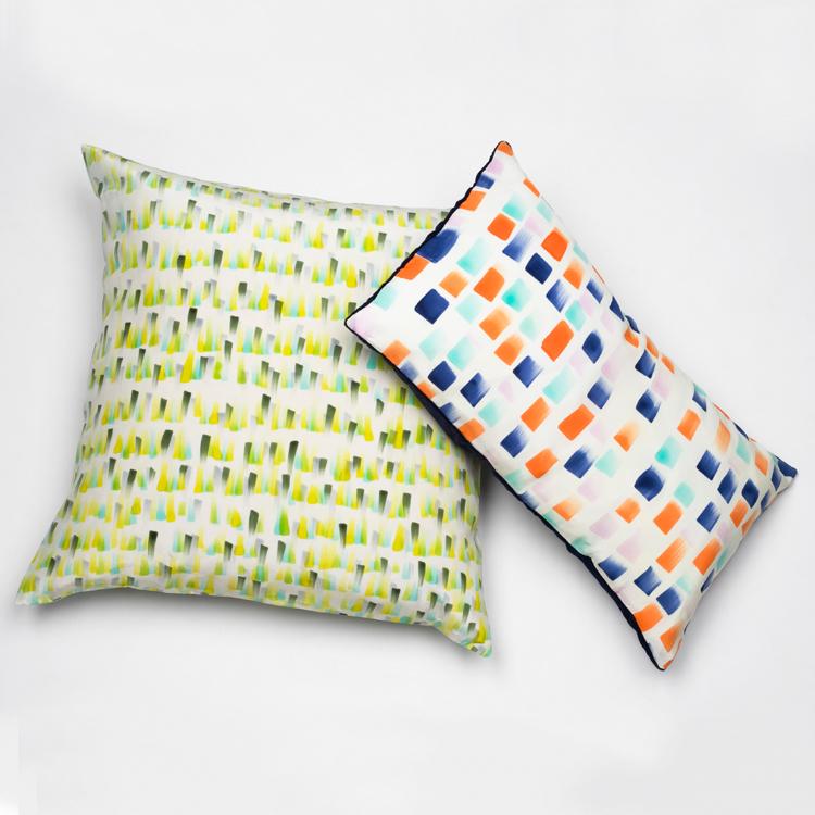 Almohadones con fundas en seda pintadas y diseñada por Natalia Lumbreras