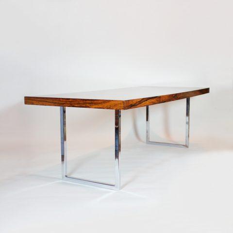 Mesa inglesa, madera de palosanto y patas cromadas