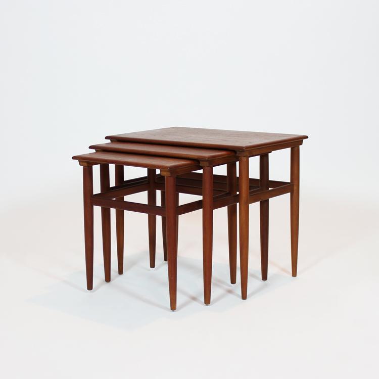 Juego de tres mesas nido.Dinamarca, años 60