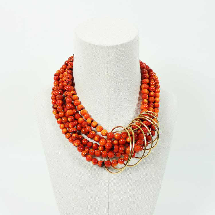Ana Arambarri. Collar de coral naranja