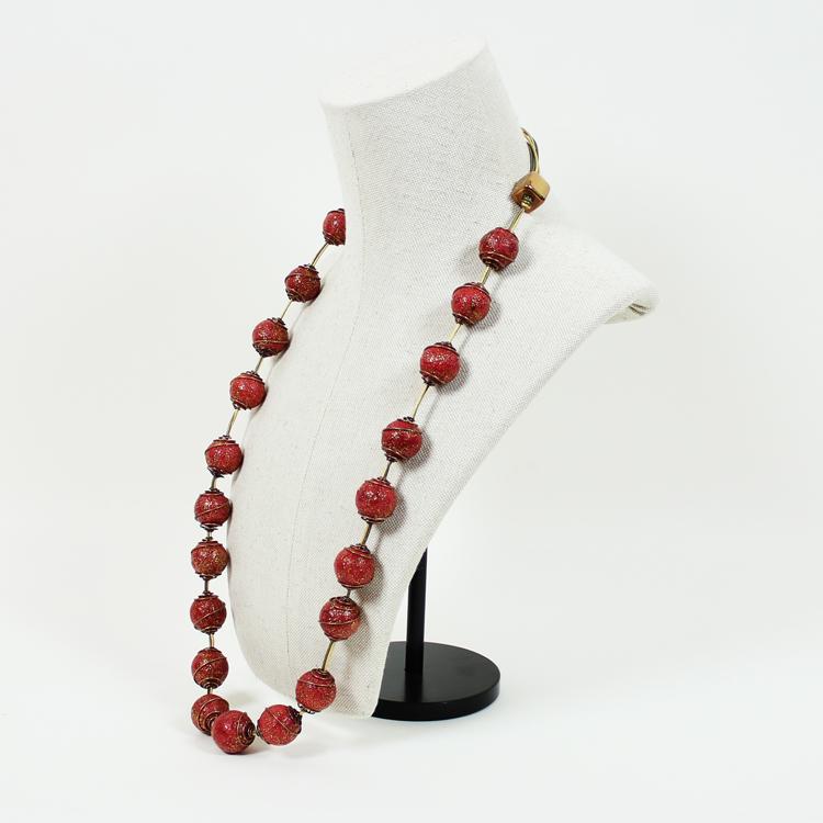 Collar de coral , que forma parte de la exposición de joyas para siglo XXI de Ana Arambarri