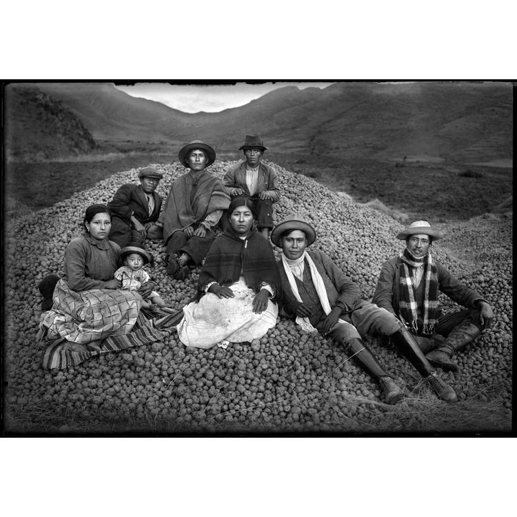 Martín Chambi, Ezequiel Arce y su cosecha de papas, Cusco, 1939