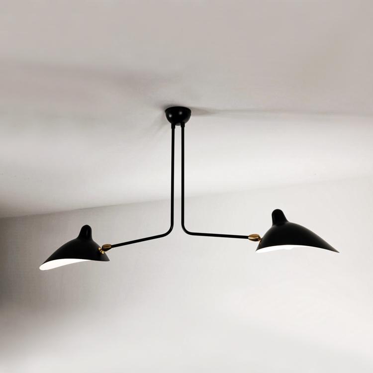 Lámpara de techo de dos brazos fijos diseñada en Francia por Serge Mouille. Original y artesana en acero negro de calidad