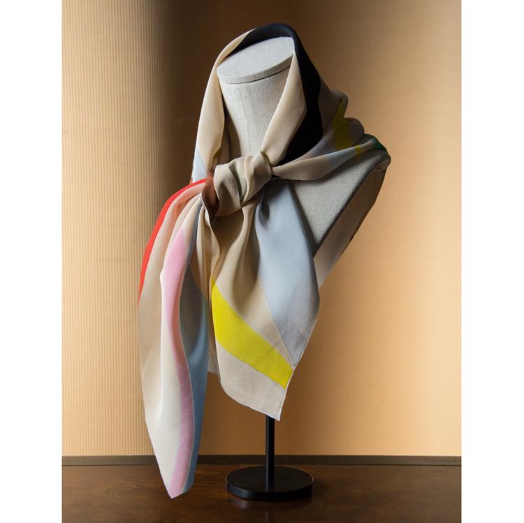 Natalia Lumbreras. Pañuelo de seda pintada. Colección 2016