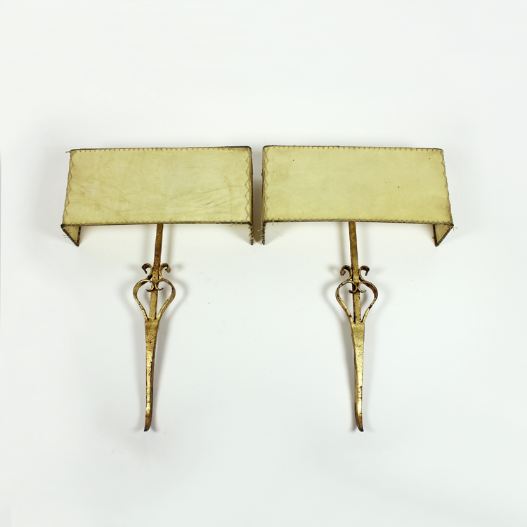 Pareja de apliques de hierro forjado y pantalla de pergamino, finales de los años 40