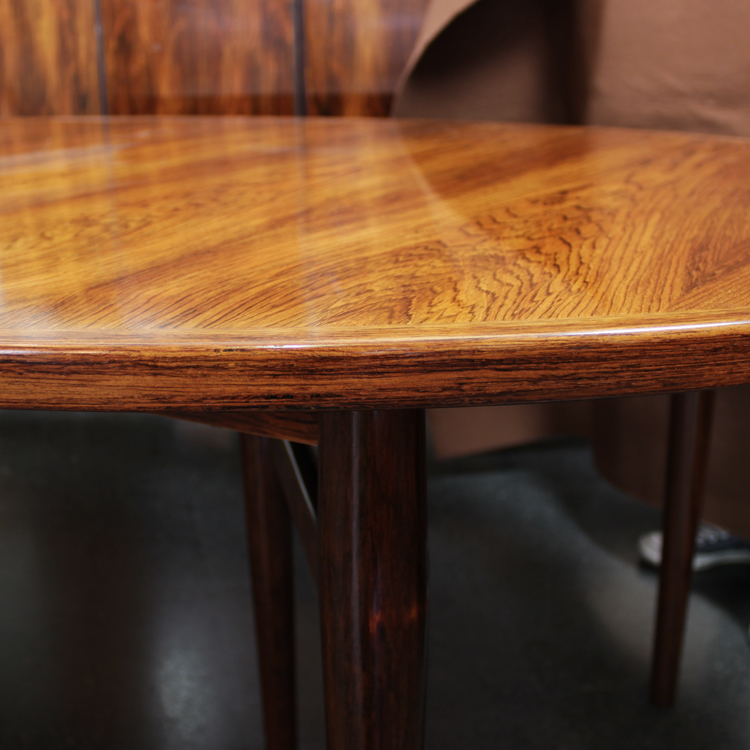 Mesa de comedor ovalada de Arne Vodder