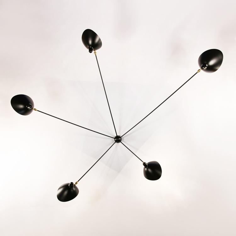 """Aplique Serge Mouille modelo """"Araña"""" de cinco brazos fijos, realizado en acero lacado de máxima calidad en la década de los 50"""