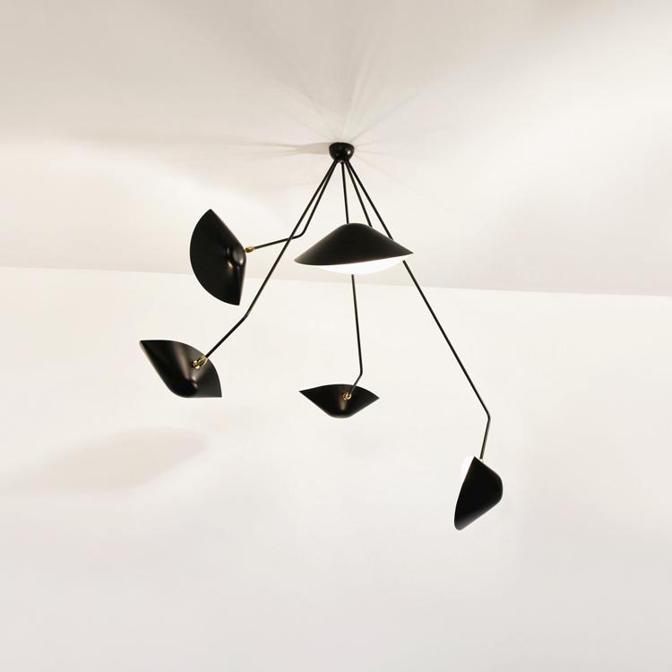 """Lámpara de techo """"Araña"""" cinco brazos en ángulo, artesana y vanguardista en acero negro y bronce. Diseño exclusivo de Serge Mouille en la década de los 50"""