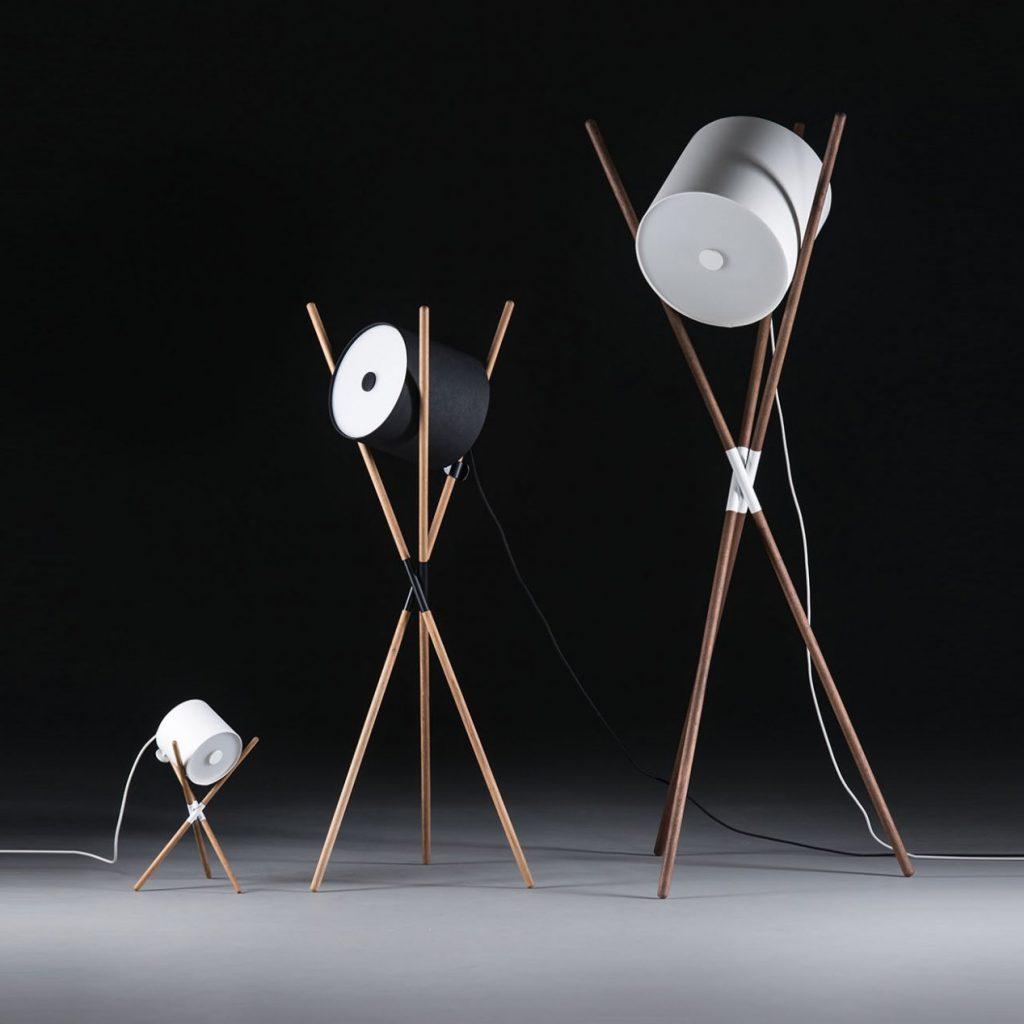 Lampara Shift, en madera maciza con acero y vinilo de color blanco y negro, con un diseño actual y de producción artesanal