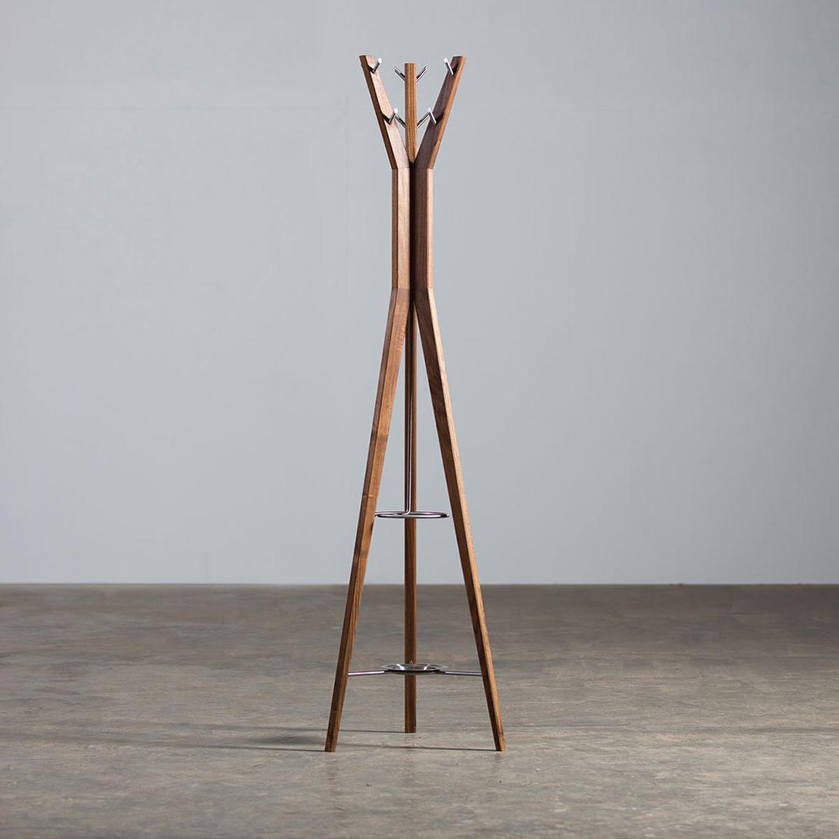 Perchero Hanny, en madera maciza y acero, con un diseño moderno y de producción artesanal