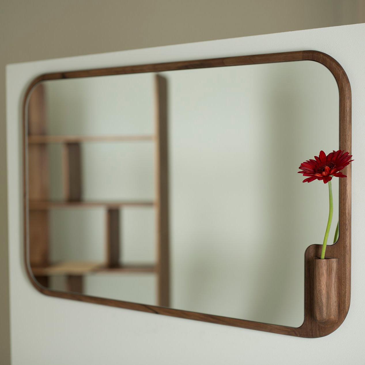 Espejo Muse de madera maciza, diseño moderno y producción artesanal.