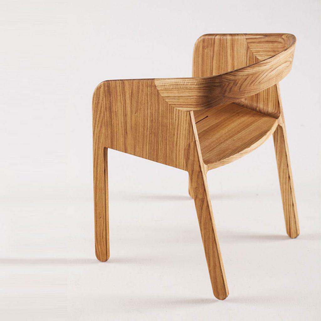 Silla Malena, diseño moderno en madera con cojín en tapicería a elegir, fabricada para Artisan de forma artesanal y exclusiva