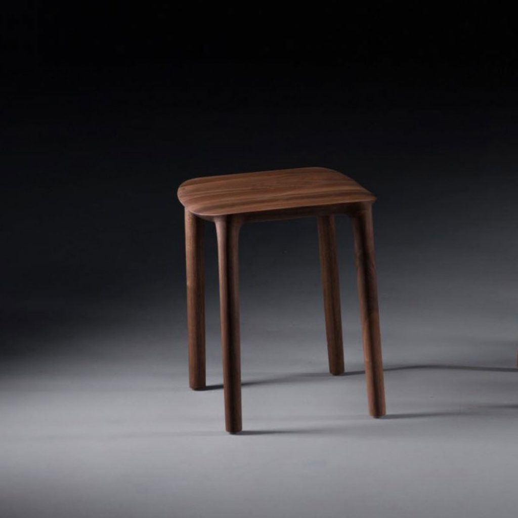 Taburete Neva realizado en madera y asiento en diferentes materiales, con diseño actual y artesano de calidad en Europa