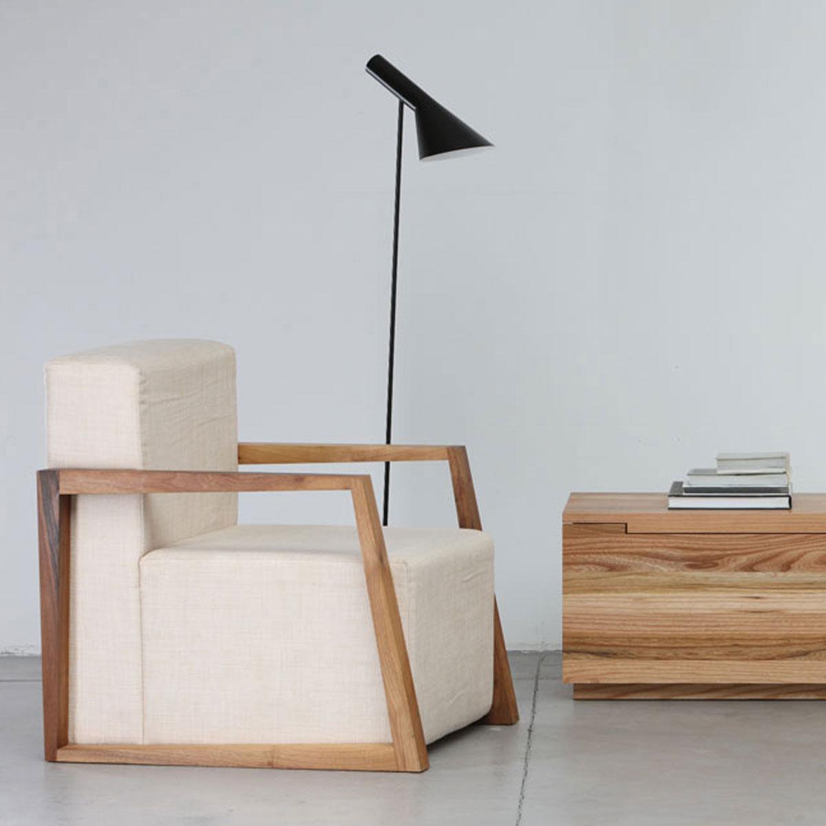 Sillon Basic en madera y tapicería con líneas modernas y originales, con producción artesana europea