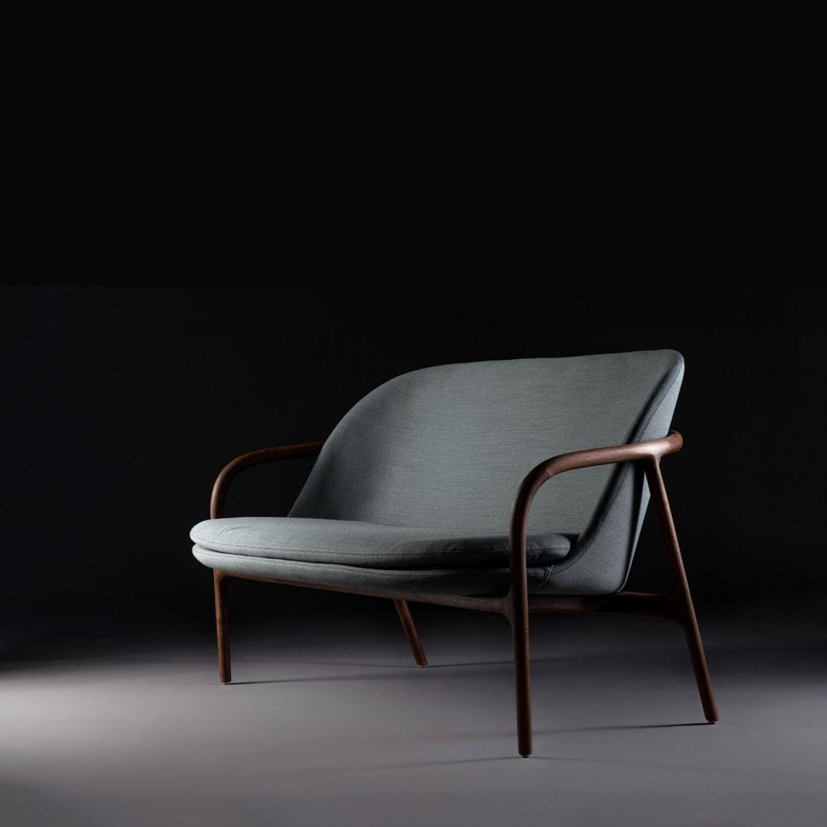 Sofa Neva Bajo, en madera y asiento de tapicería, con diseño moderno y excelentes acabados, realizado de forma artesana de Bosnia
