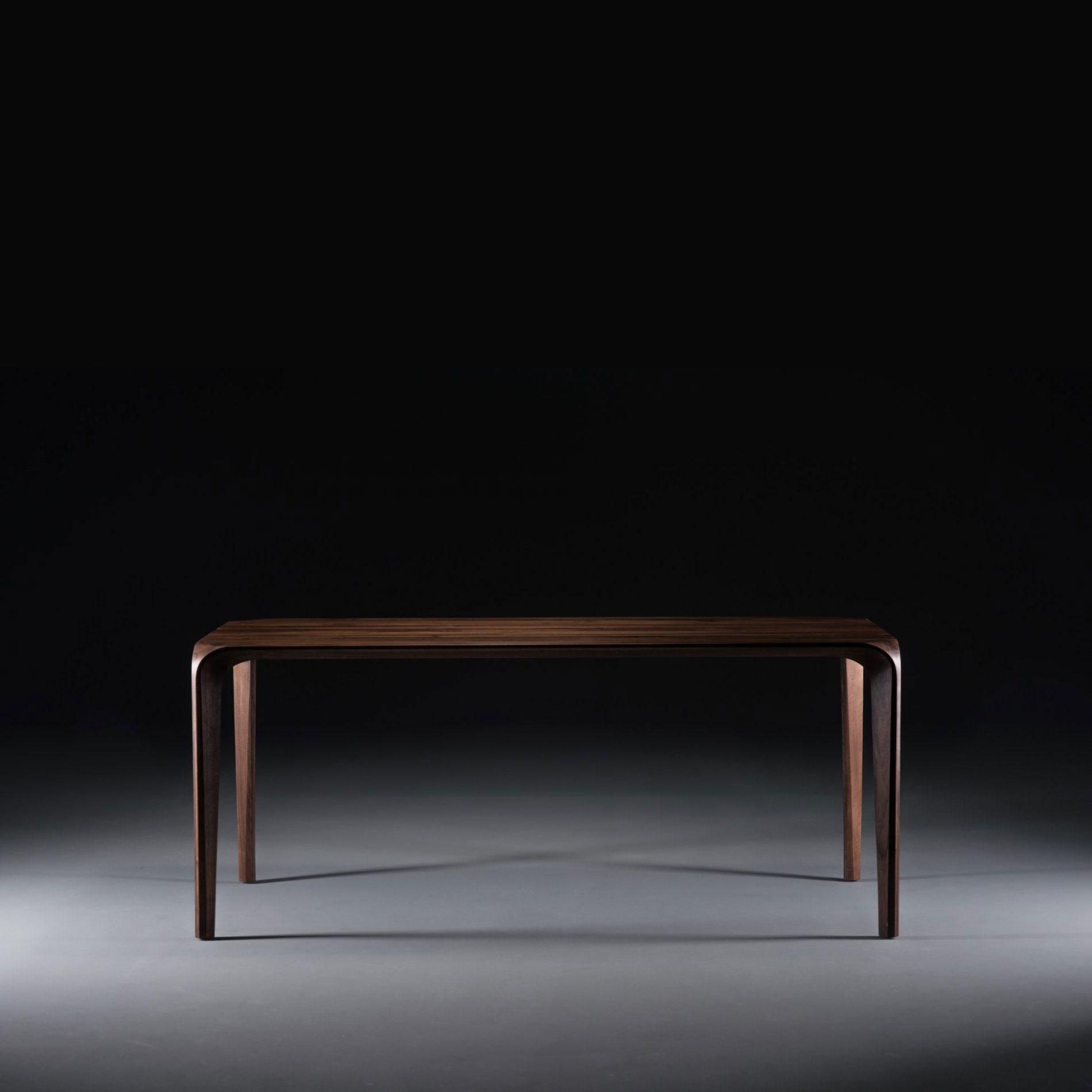 Mesa Flow, diseño exclusivo en madera, de producción artesana de calidad para Artisan