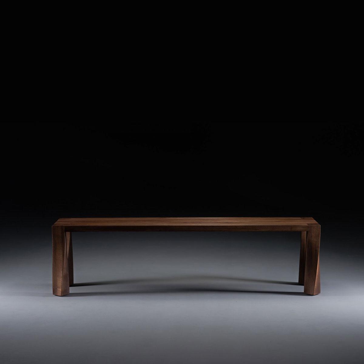 Mesa Tor de Artisan, diseñada en maderas de primera calidad a elegir, con líneas vanguardistas y originales, producida de forma artesana en Europa