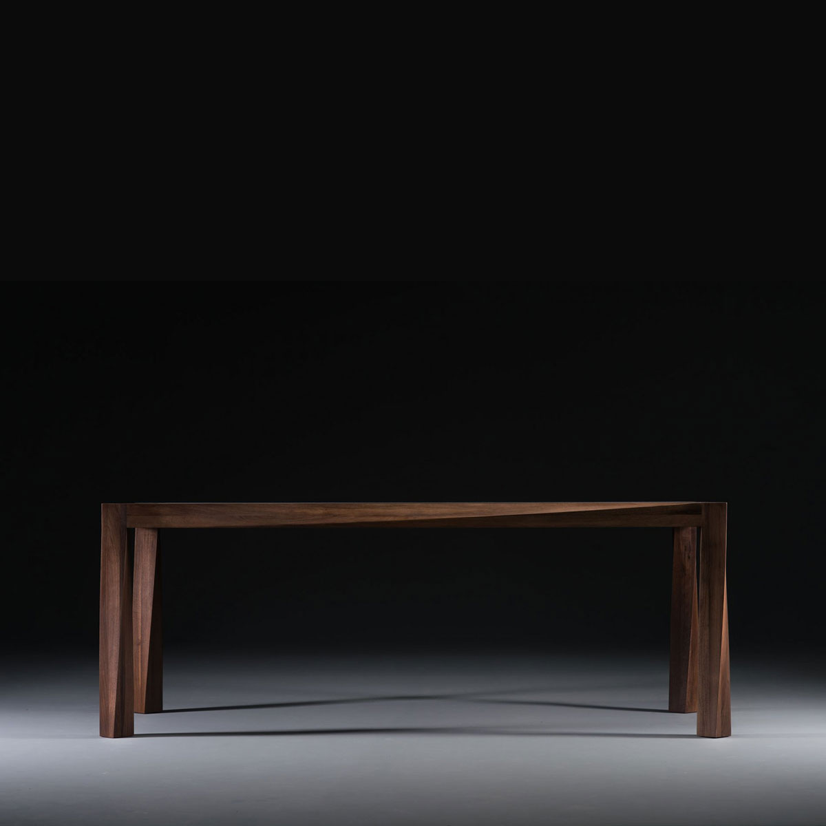 Mesa Torsio en madera de primera calidad, con diseño vanguardista producida de forma exclusiva y artesana en Europa
