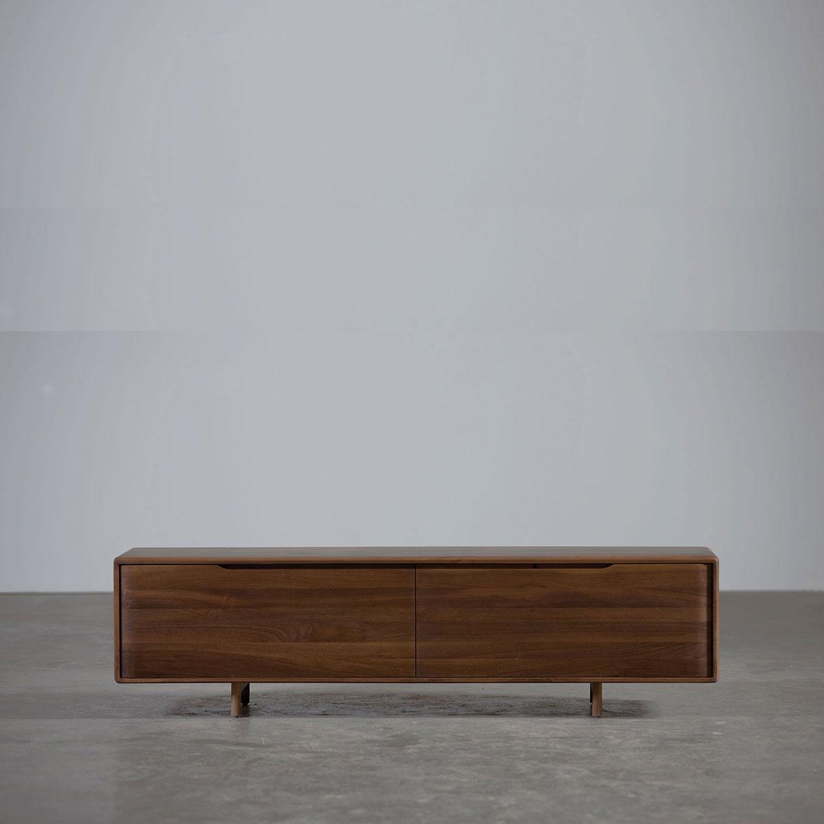 Aparador Invito Bajo, realizado en madera maciza con cajones y compartimentos, vanguardista con producción original para Artisan