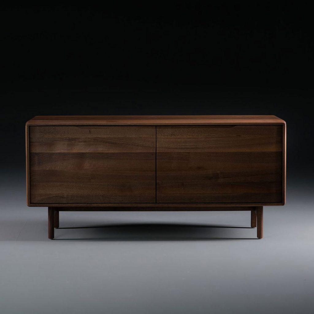 Aparador Invito 75 en madera maciza, diseño actual y original con puertas y compartimentos, realizado de forma artesana para Artisan