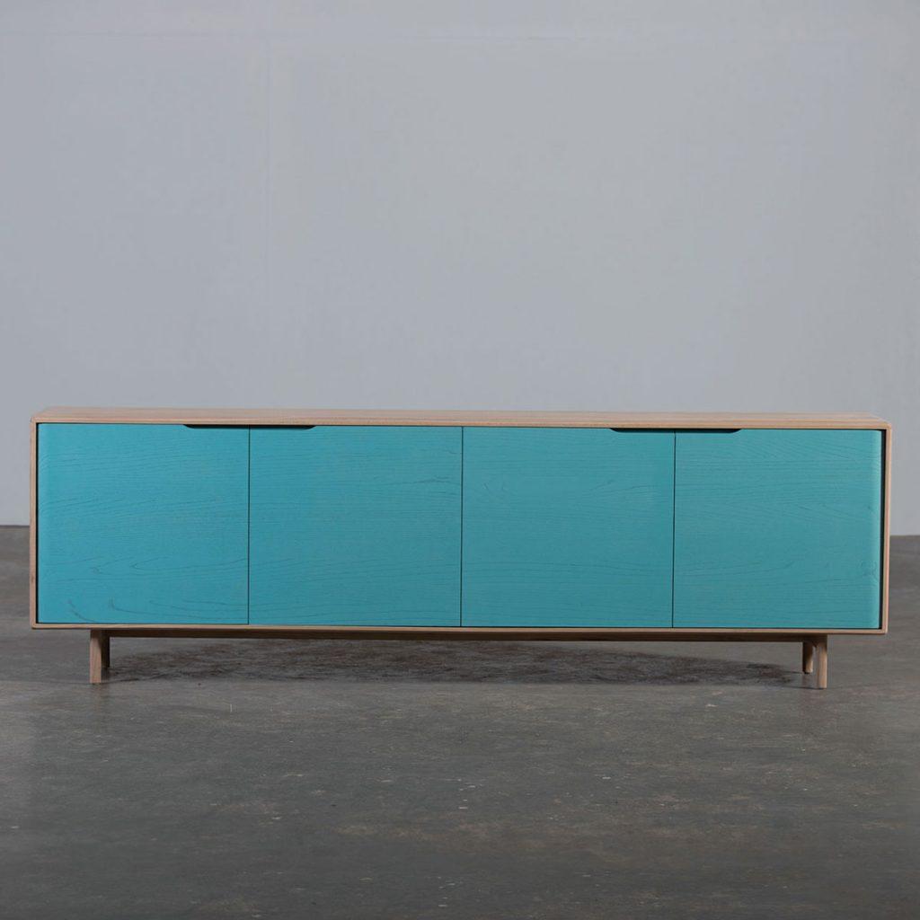 Aparador Invito 90 en madera de calidad con diseño exclusivo y original europeo, realizado artesanalmente. Dispone de puertas y compartimentos