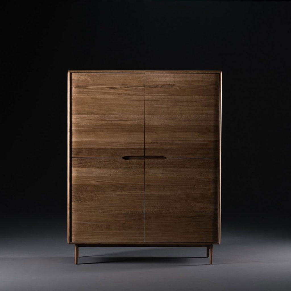 Aparador Invito Alto, producción moderna y artesana en maderas de calidad a elegir, con acabados elegantes para Artisan de Bosnia
