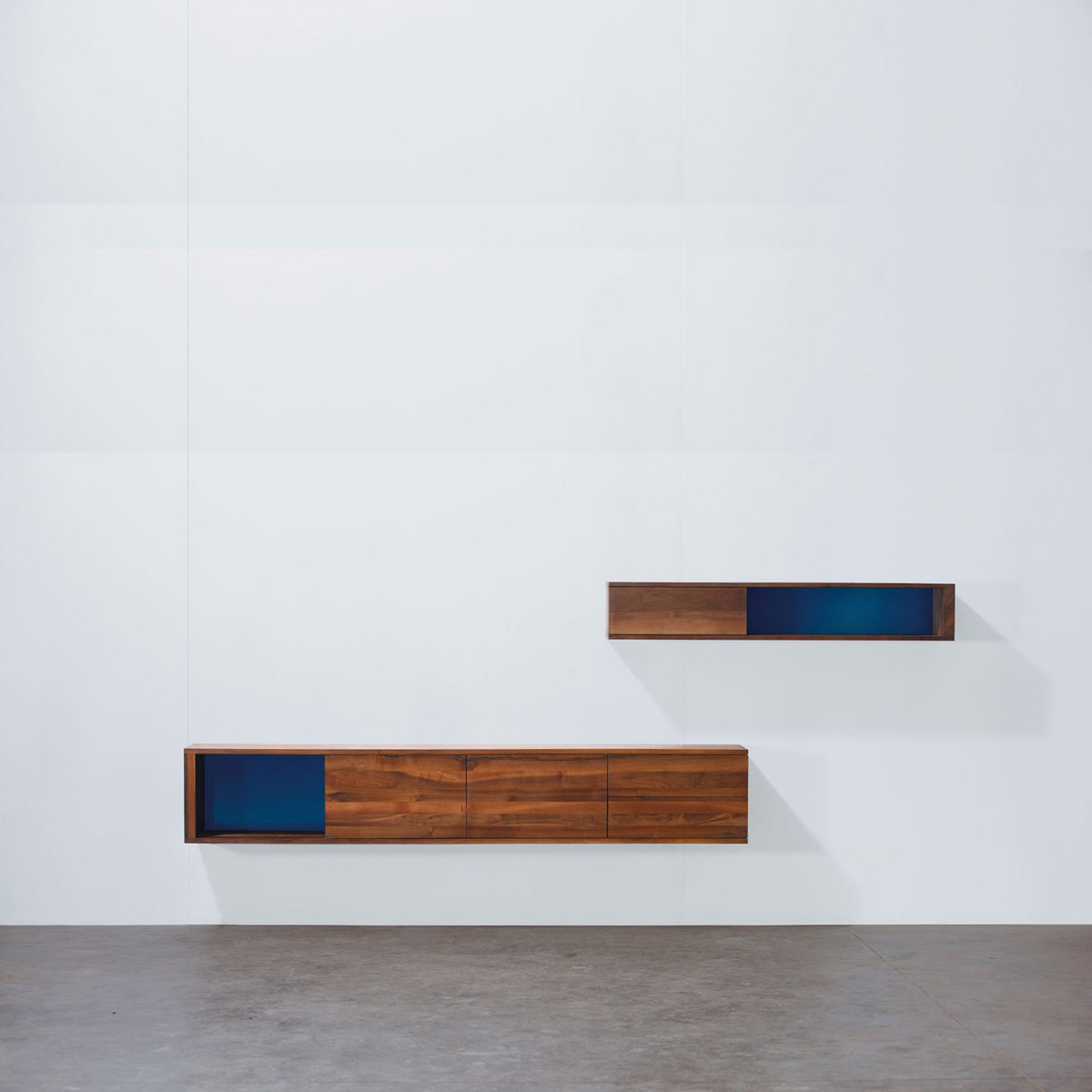 Mueble modular log de pared en madera moderno y artesano for Diseno de muebles de madera modernos