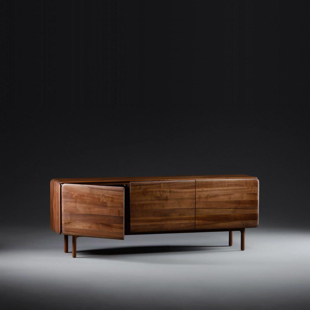 Aparador Cloud bajo 3 puertas de Michael Schneider, realizado en madera maciza para Artisan