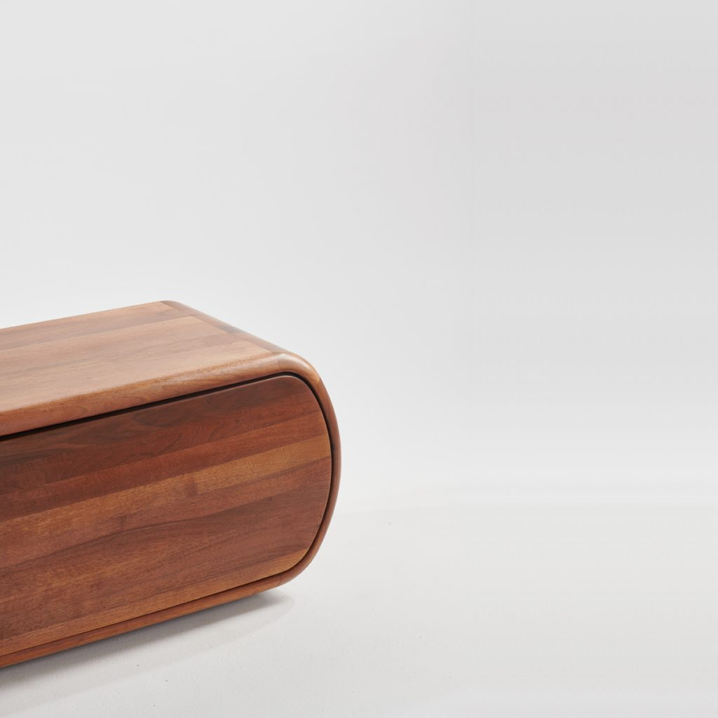 Aparador Wu de Studio Pang para Artisan, realizado en madera de forma artesana