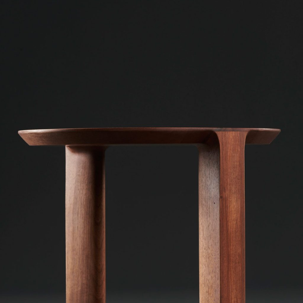 Mesa Auxiliar Boaz diseñada en madera por Nick Rennie, moderna y actual para Artisan