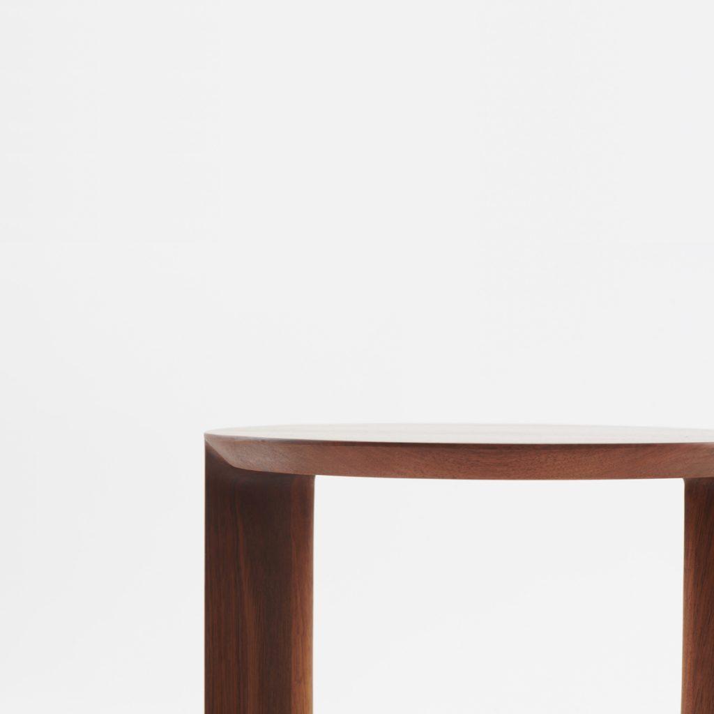 Mesa Auxiliar Boaz en madera, diseño europeo de Nick Rennie para Artisan