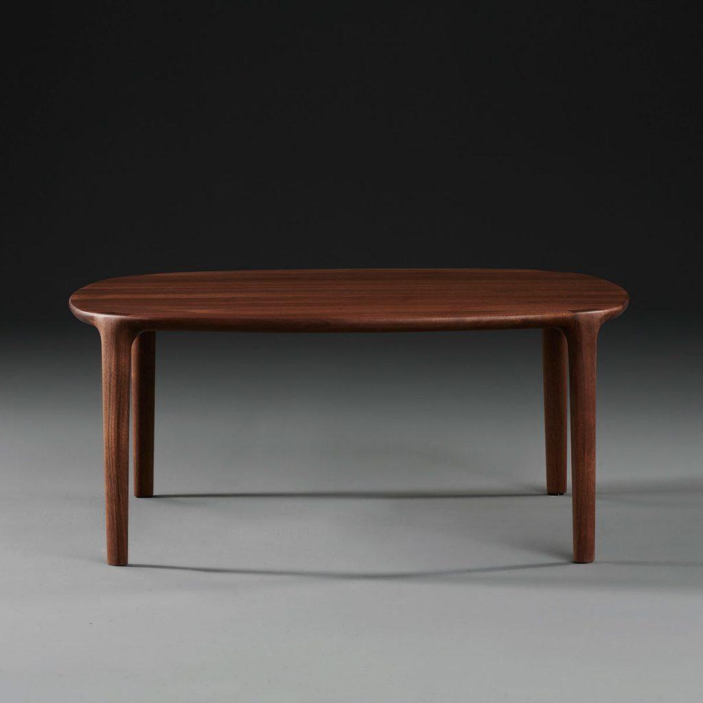 Mesa de centro Wu para Artisan de Bosnia. Producción artesana europea de Studio Pang