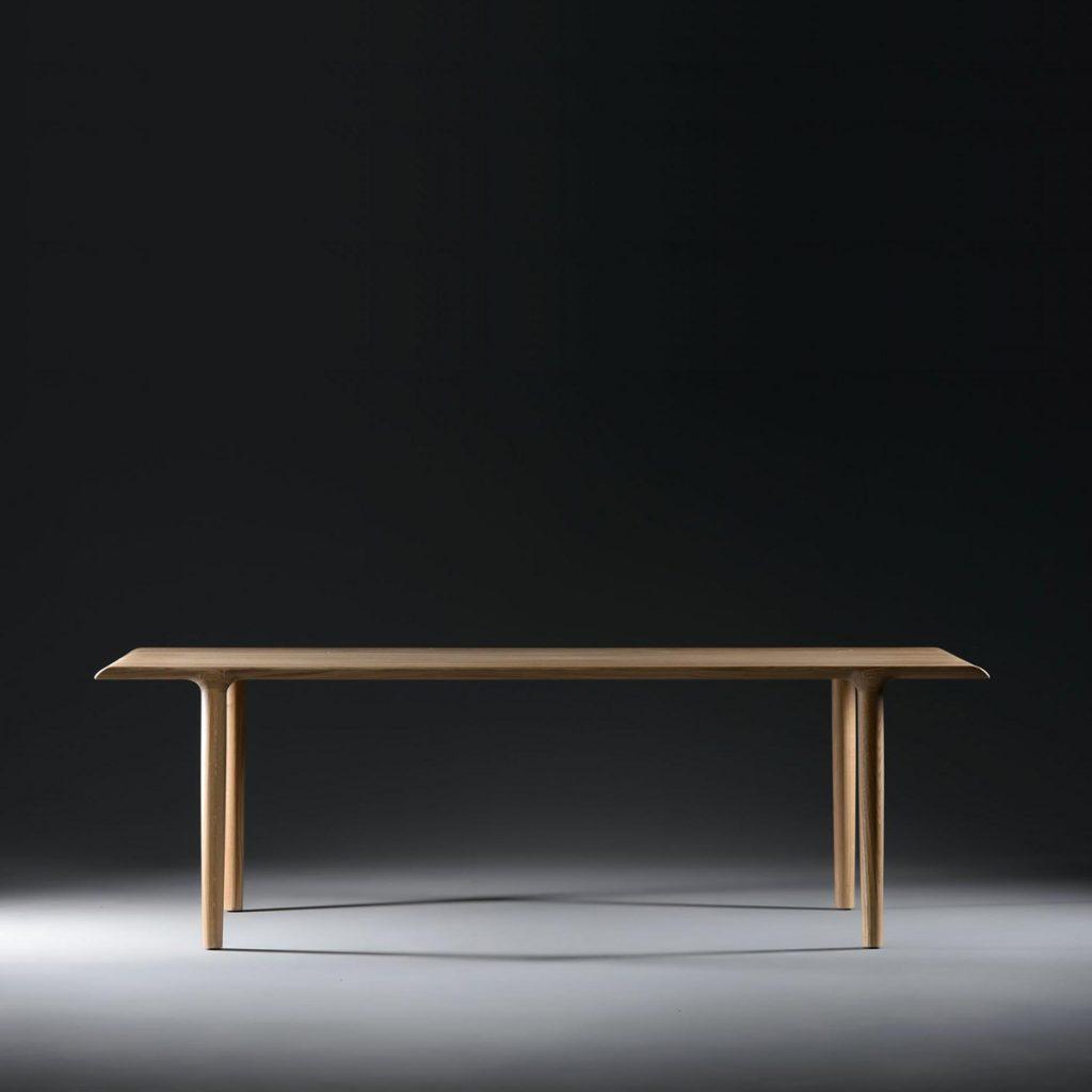 Mesa de comedor Alba diseñada por Says Who para Artisan. Producción artesana y moderna en madera de excelente calidad