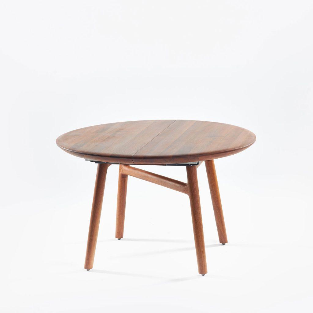 Mesa de comedor Dash redonda de Regular Company, diseño moderno y vanguardista en madera para Artisan en Europa