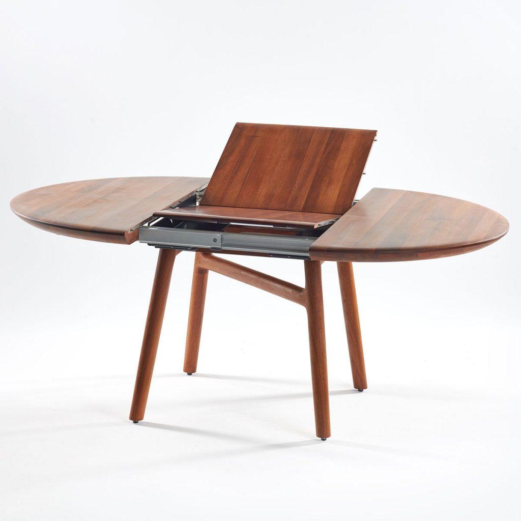 Mesa de comedor Dash redonda en madera para Artisan de Bosnia. Producción europea original de Regular Company