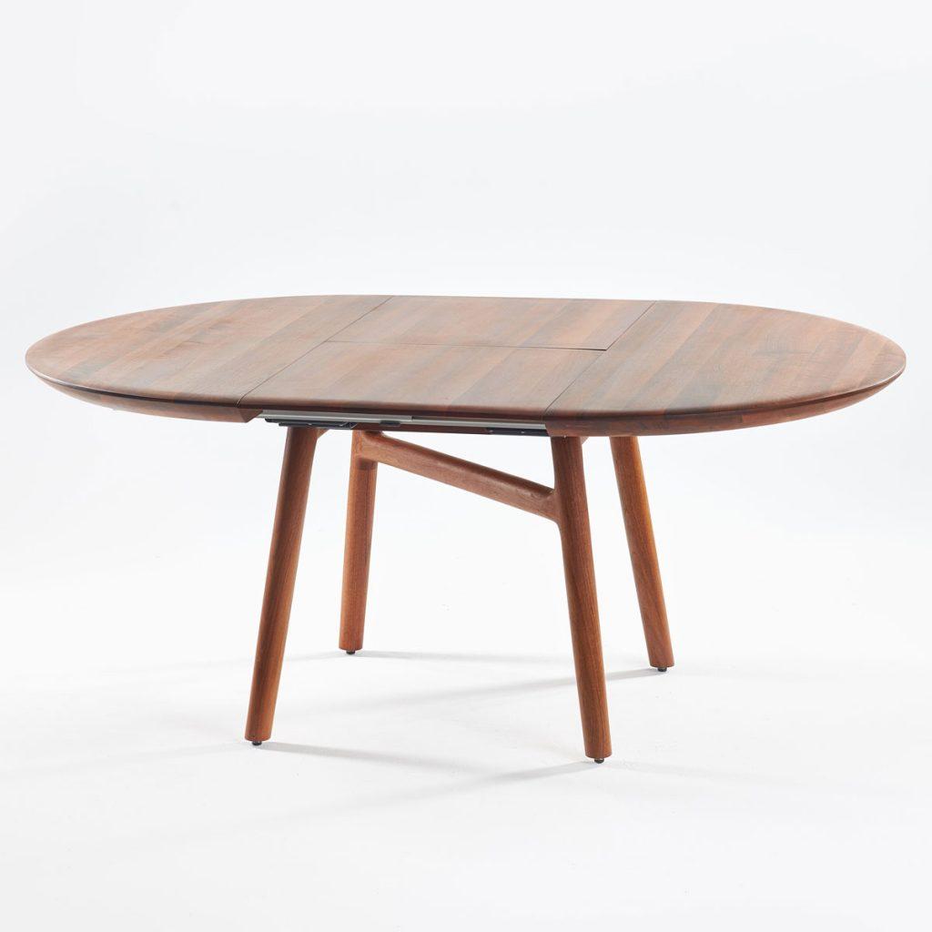 Mesa de comedor Dash Redonda en madera maciza con extensión para Artisan en Europa. Diseño único y moderno de Regular Company