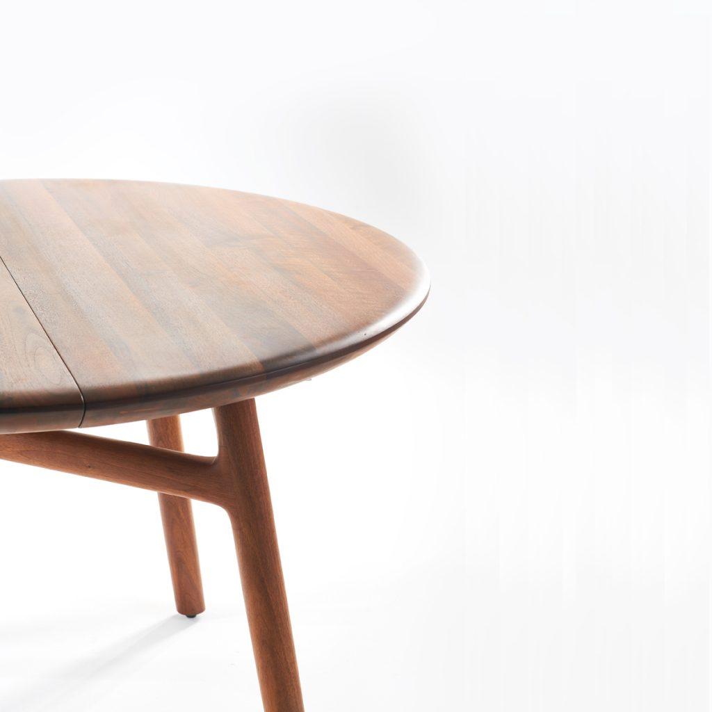 Mesa de comedor Dash redonda en madera para Artisan, con diseño vanguardista y exclusivo de Regular Company en Europa