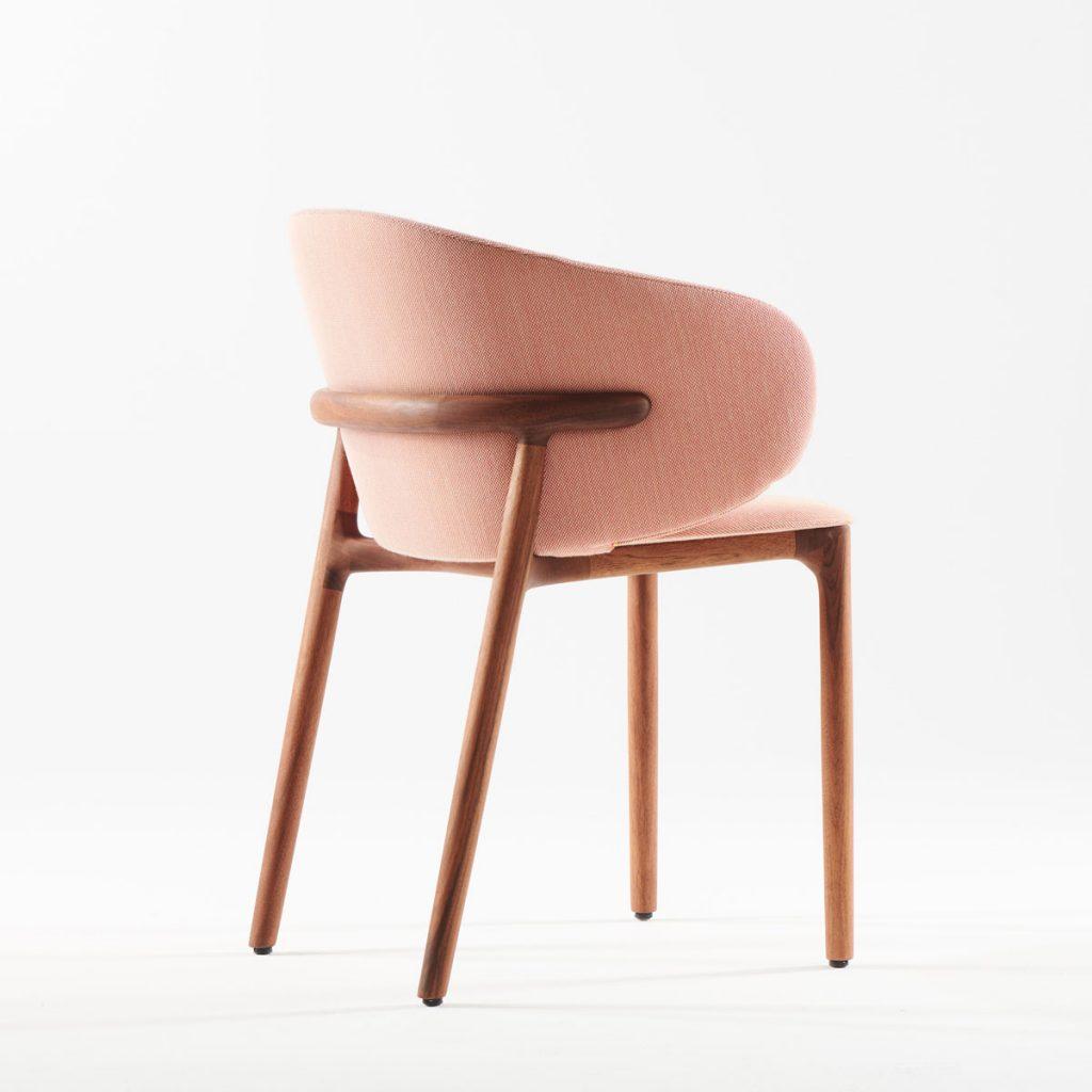 Silla Mela, diseño vanguardista de Regular Company en Europa para Artisan, en maSilla Mela en madera y tapicería de gran calidad, realizada para Artisan de forma exclusiva por Regular Company