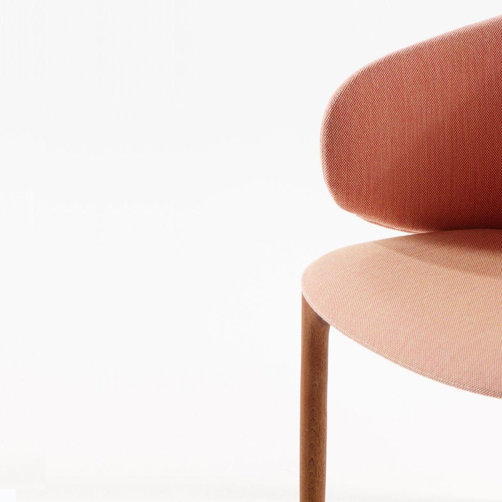 Silla Mela de Regular Company, en madera y tapicería de excelente calidad. Diseño moderno y único en Europa para Artisan