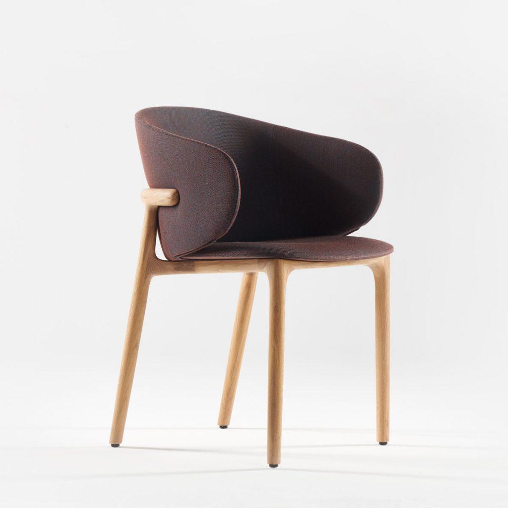 Silla Mela, en madera y tapicería de alta calidad con diseño moderno de Regular Company para Artisan