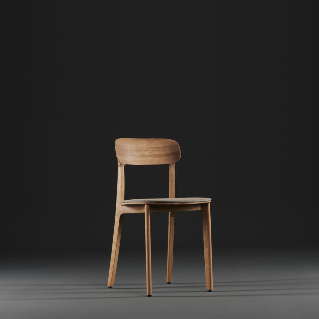 Silla Tanka para Artisan en Europa, realizada en madera y tapicería a elegir de Regular Company