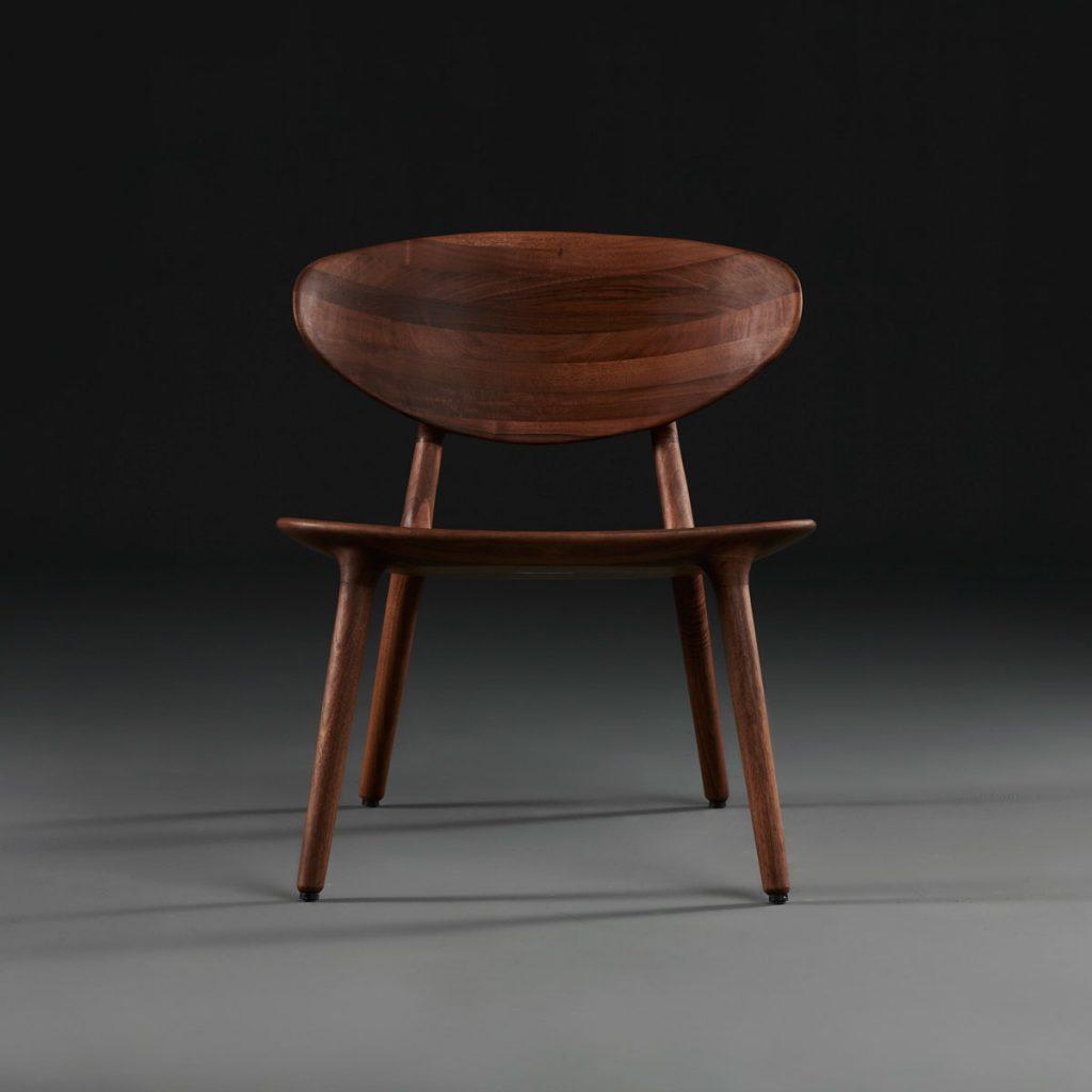 Silla Wu Lounge para Artisan, en madera y tapicería a elegir de calidad. Creación moderna y exclusiva en Europa de Studio Pang