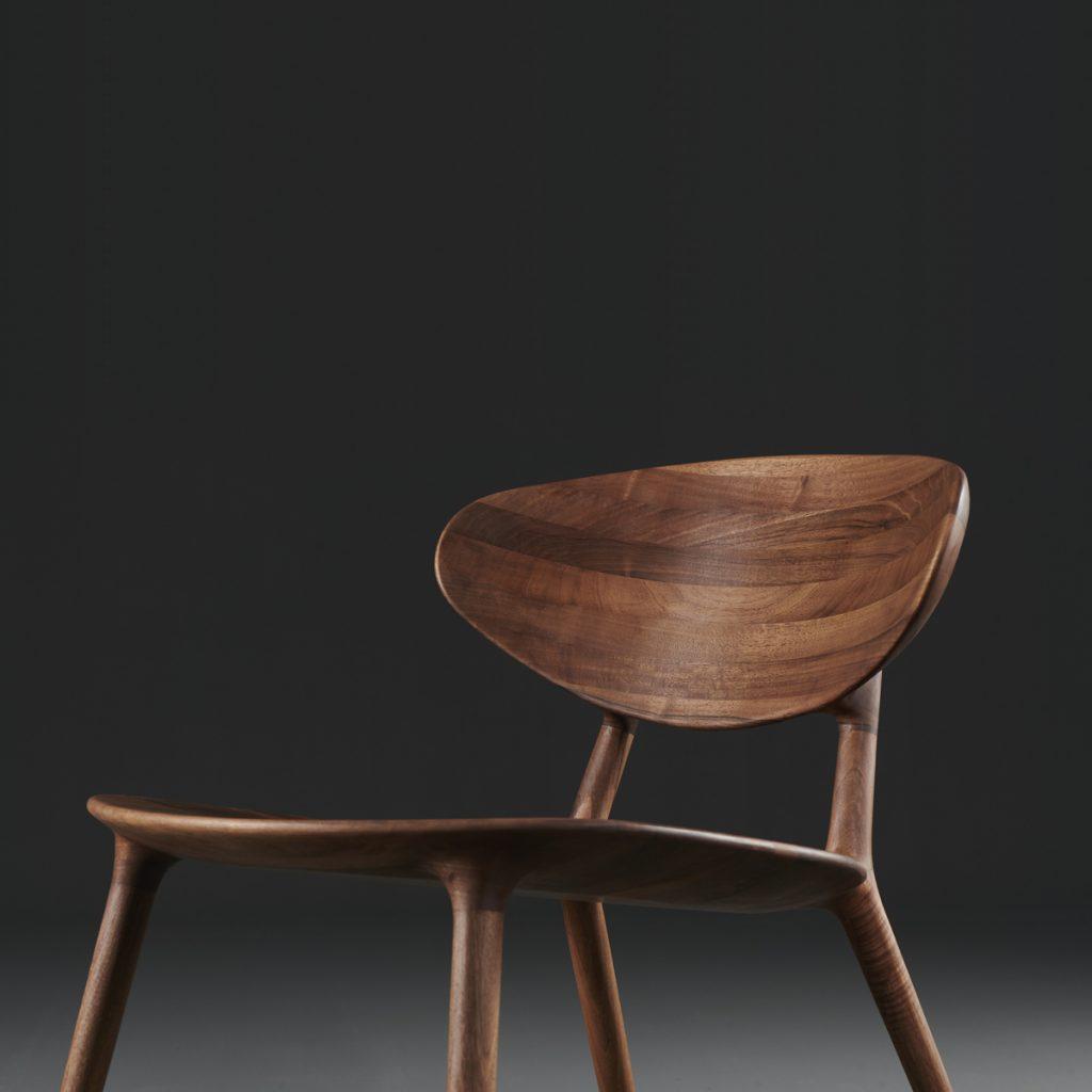 Silla Wu Lounge de Regular Company para Artisan de Bosnia. Diseño moderno y original, realizado de forma artesana en diferentes maderas y tapicerías